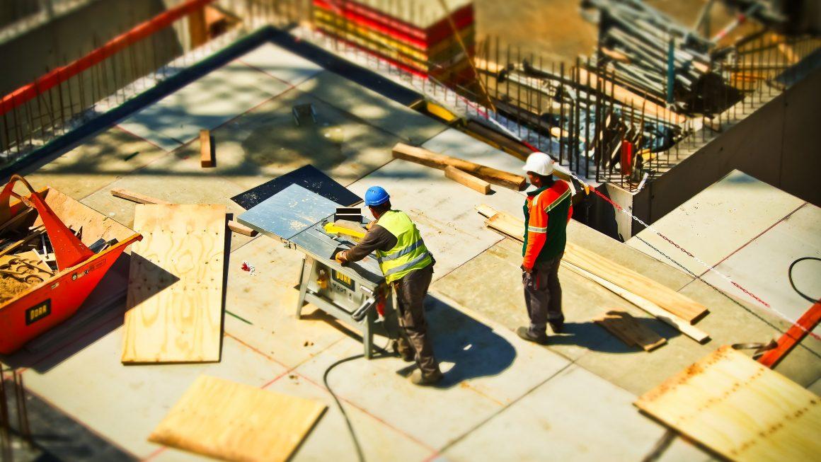 2 hommes sur un chantier pendant la journée