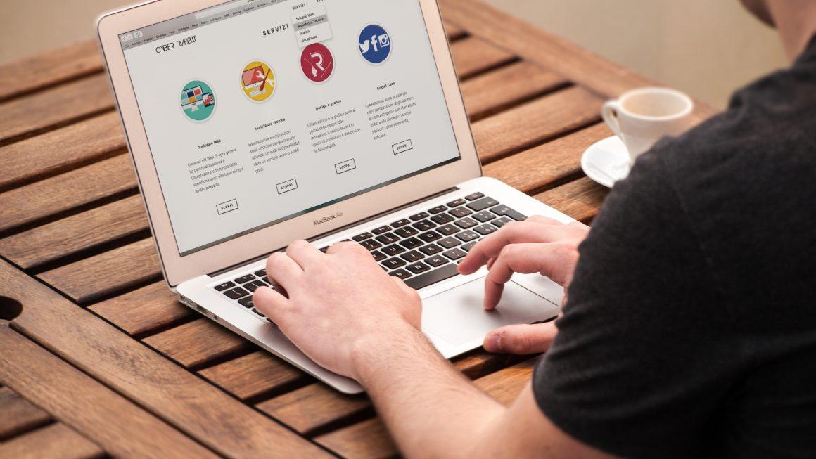 développeur web sur un ordinateur portable apple